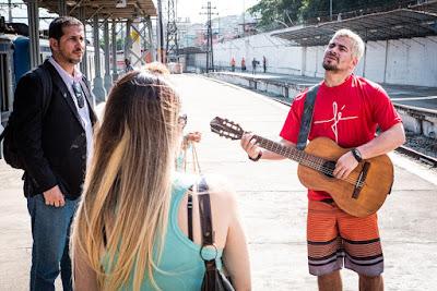 Thiago Martins se divertiu nas gravações de 'Amor de Mãe' na Central do Brasil — Foto: Gabriel Nascimento/Gshow