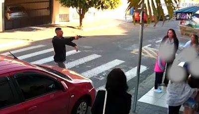 Pria bersenjata meneror anak sekolah dan ibu-ibu