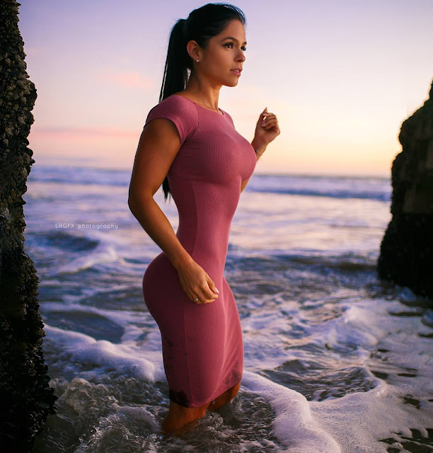 Michelle-Lewin-Photo-Shoot-At-Sea-Shore