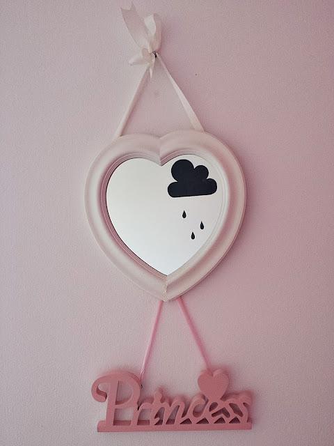 Białe drewniane wiszące lusterko w kształcie serca