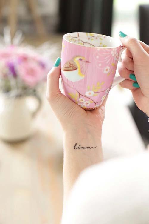minimalist name tattoo on wrist bileğe yapılan isim dövmeleri basit
