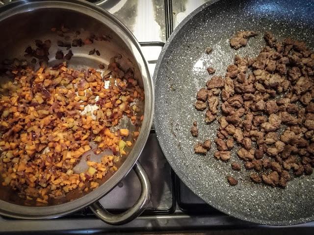 Rosolatura dei pezzi di carne e soffritto di ortaggi