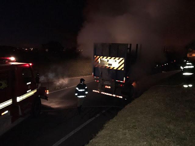 Caminhão pega fogo no trevo da rodovia Pinhal x Mogi-Guaçu