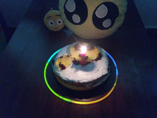 Soplando la vela del pastel de limón