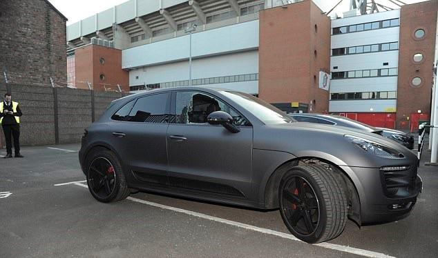 Siêu xe Porsche của Phillippe Coutinho bị đập vỡ kính