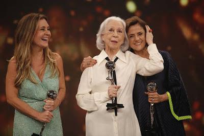 Em 2018, Fernanda Montenegro, ao lado de Adriana Esteves e Marieta Severo, foi homenageada na categoria especial do 'Troféu Domingão' — Foto: Artur Meninea / Gshow
