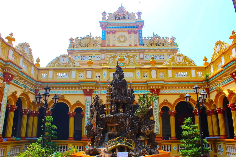 vinh trang pagoda mixed architecture inside
