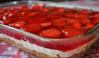 Το φραουλένιο γλυκάκι της γιαγιάς! Είναι πολύ δροσερό, πολύ γρήγορο, οικονομικό και μπορείς να φας αρκετό χωρίς πολλές ενοχές
