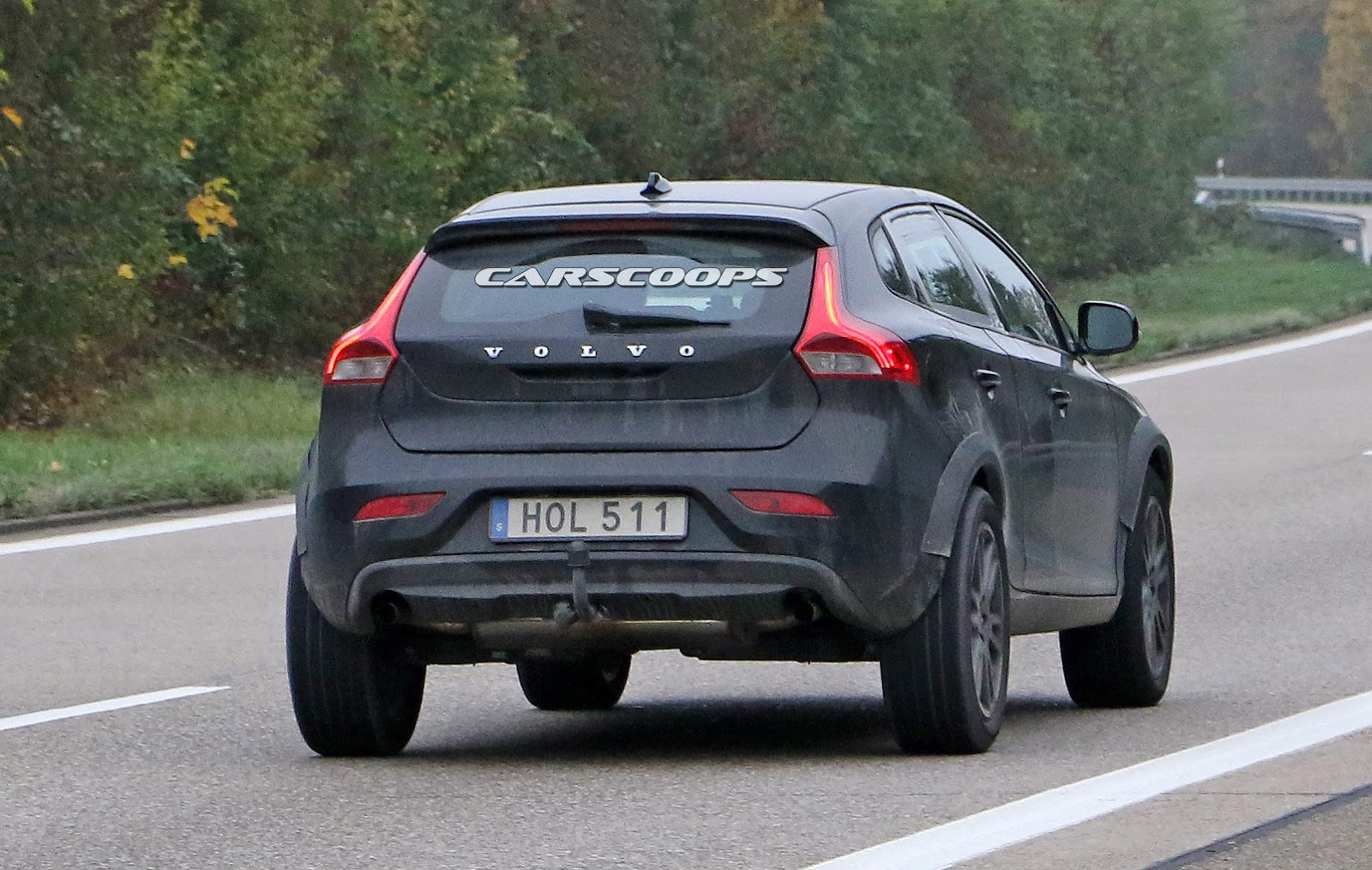 mule shows that volvo s new xc40 compact suv is on its way carscoops. Black Bedroom Furniture Sets. Home Design Ideas