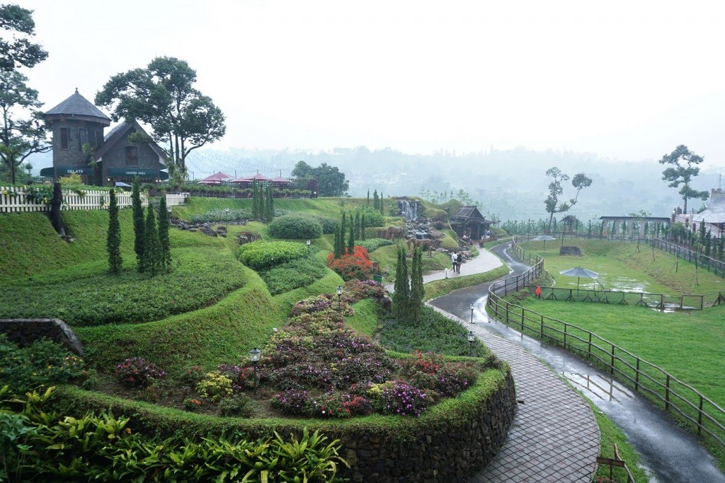 Wisata De Ranch berlokasi di Raya Puncak-Cianjur Leuwimalang Cisarua Bogor.