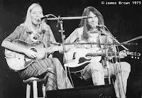 Joni Mitchell und Neil Young gemeinsam mit Stella-Gitarren auf der Bühne
