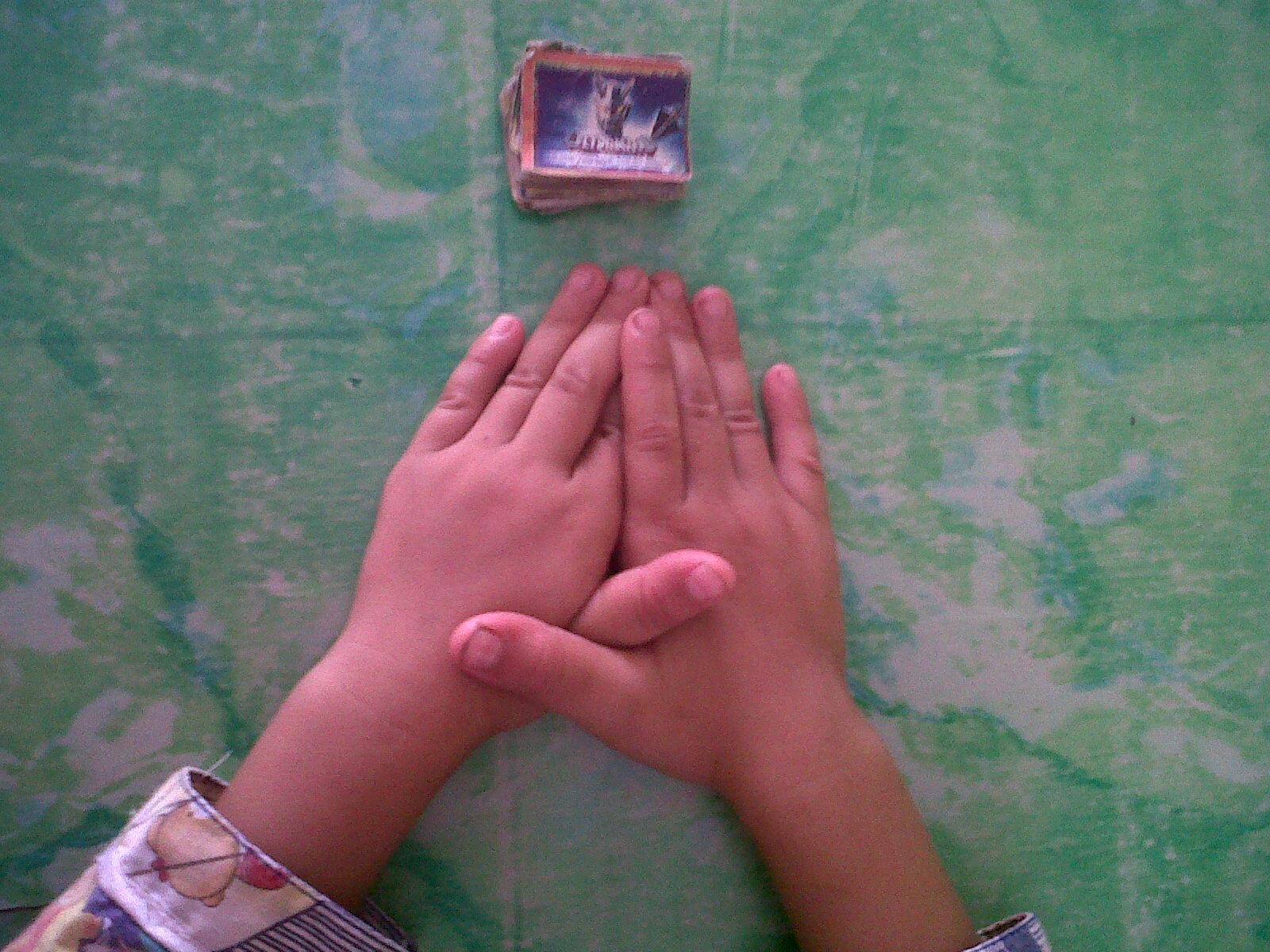 Hasil gambar untuk gambar anak sedang bermain tepuk gambaran