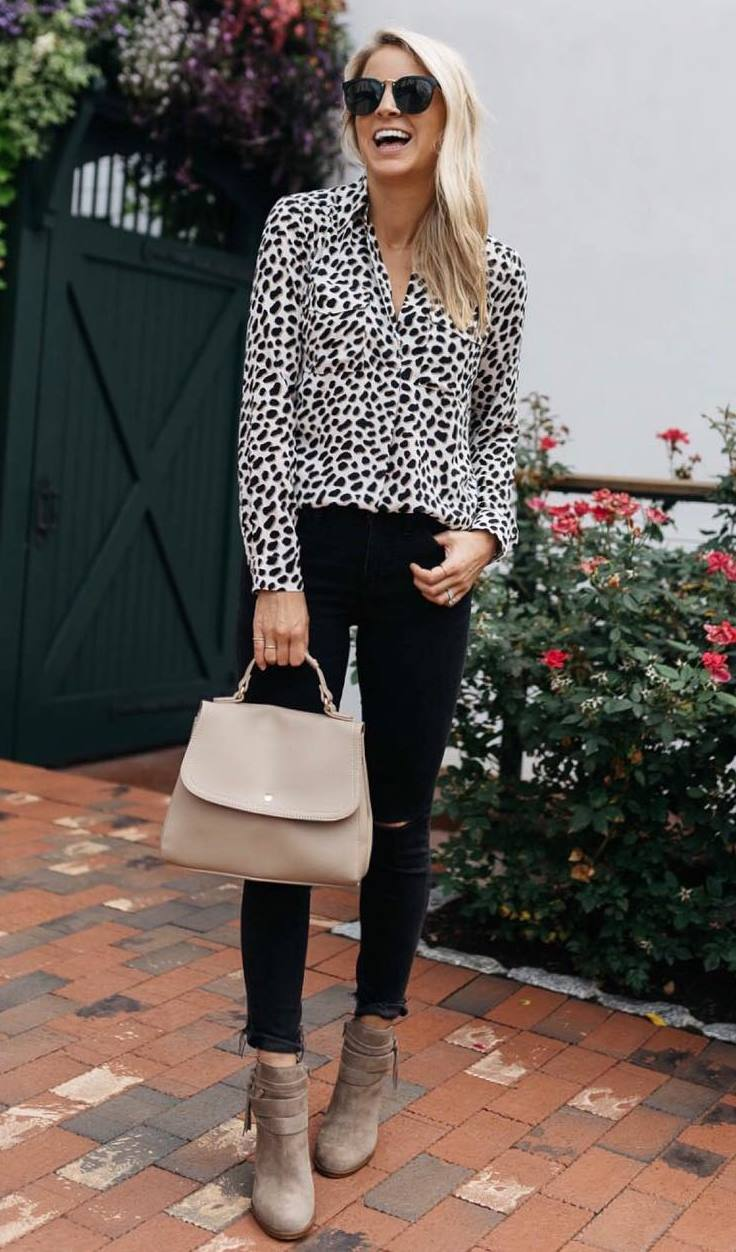 elegant fall outfit / printed blouse + bag + black jeans + boots