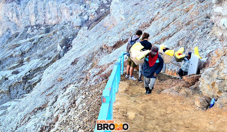 pendaki dan penambang belerang di gunung ijen