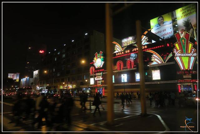 Cassino iluminado em Lima