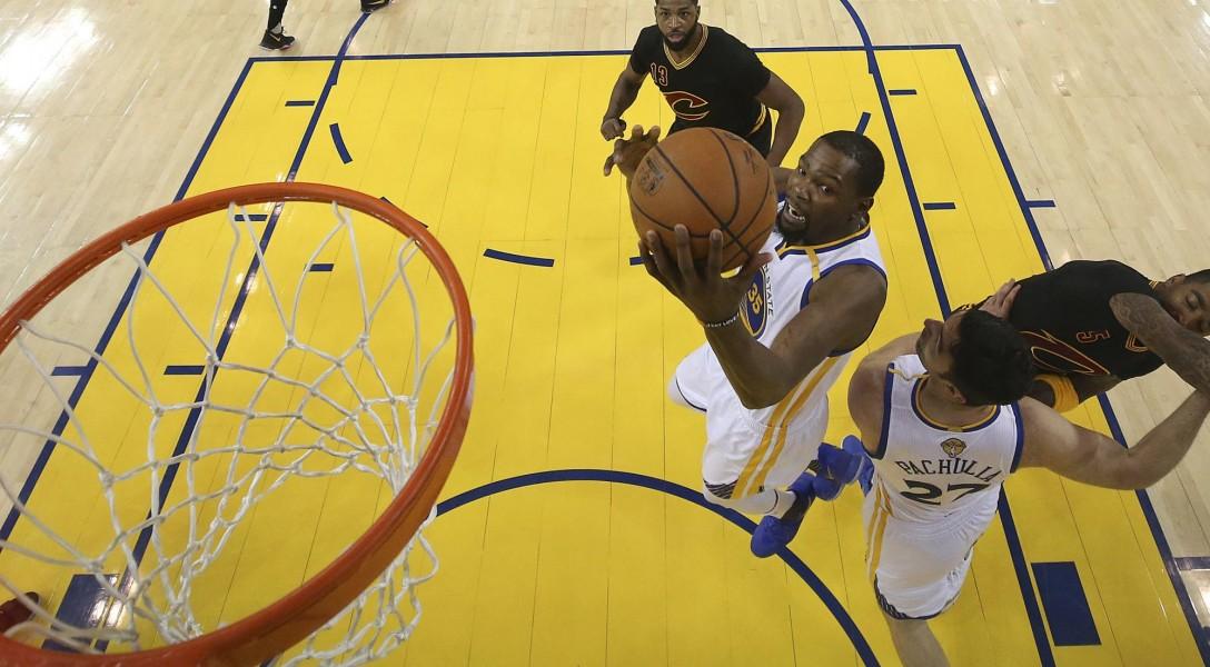 Los Warriors vencen a Cavaliers y se titulan en la NBA por segunda vez en tres años