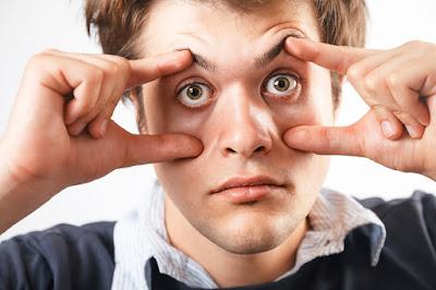 hapşırırken göz kapakları neden kapanır