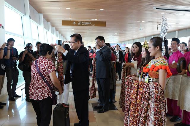 Sambutan untuk penumpang Air Asia di Kuching International Airport
