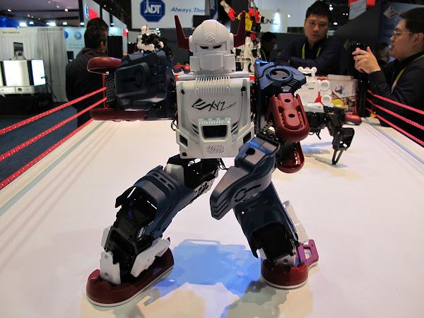 台灣自製機器人開賣!三緯國際前進學校與商場