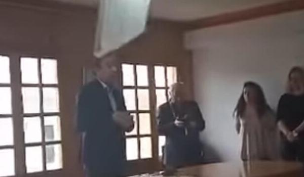 Γιάννενα: Φωτιστικό έπεσε στο κεφάλι του Δημάρχου (βίντεο)