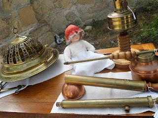detalle de stand con muñeca y brasero en la feria de Sajazarra