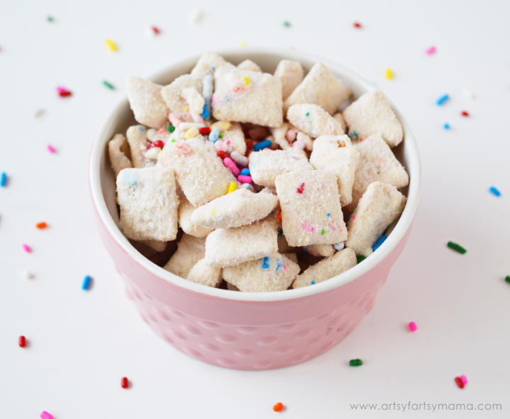 Make some of Pinkie Pie's Party Chow/Littlest Pet Shop Cupcake Puppy Chow for road trips, playdates and birthday parties!