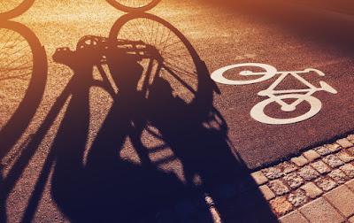 Ciclista en bicicleta por Reikiavik