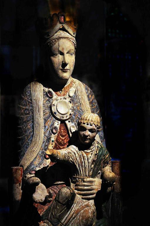 Nossa Senhora com o Menino Jesus, imagem de Cluny hoje resgatada na basílica de Saint-Denis em Paris.
