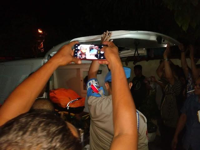 Jenazah korban dievakuasi ke mobil ambulans.