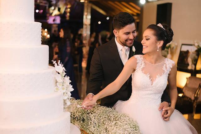 casamento real, rafaela e lucas, doces, sala de doces, forminhas para doces, mesa do bolo, topo de bolo, lustre