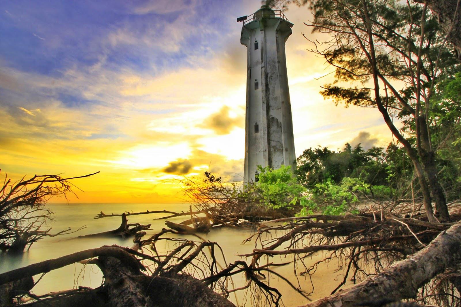 Mercusuar dan senja pulau Lanjukang di makassar yang indah dan murah