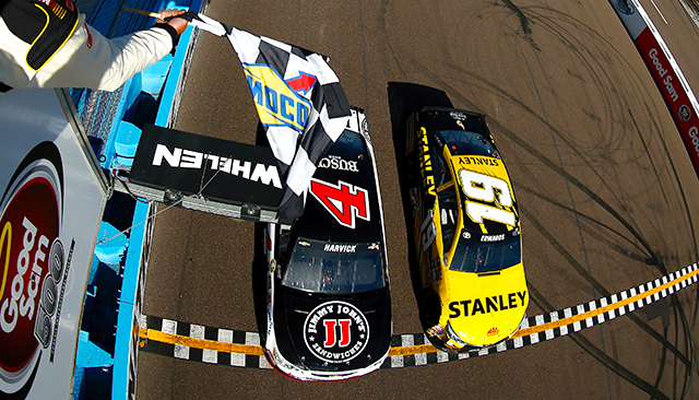 Kevin Harvick closely edges out Carl Edwards