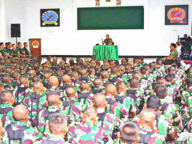 Christian Tehuteru Berikan Jam Komandan ke Prajurit Yonif 731/Kabaresi