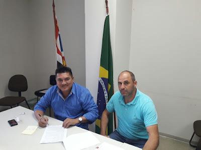 Durante assinatura de convênio, prefeito e secretário fazem balanço de obras na zona rural de Sete Barras