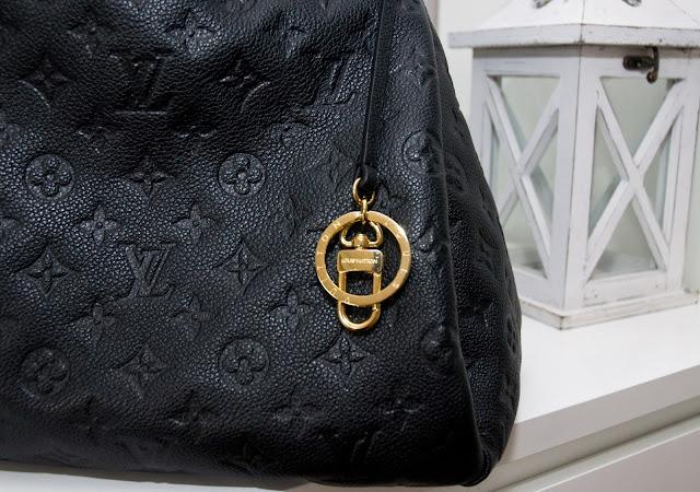 breloczek Louis Vuitton na oryginał a podróbka