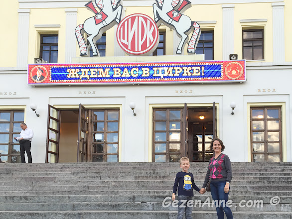 Nikulina sirki önünde oğlumla, Moskova