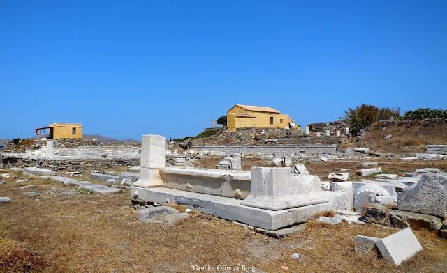 ruiny hypostyle na tle błękitnego greckiego morza Delos Grecja