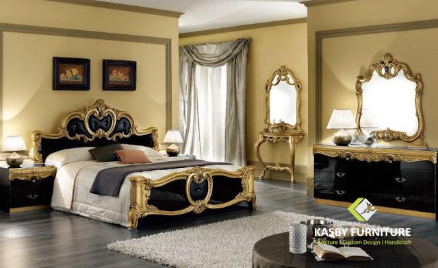 Set Tempat Tidur Mewah Gold Elegan set bedroom ini terdiri dari Dipan, 2 nakas, Dresser Drawer + Cermin, Meja konsul + cermin.   selain desain yang simple dan mengikuti trend yang berkembang . set bedroom ini cocok untuk apartement, hotel maupun villa . set bedroom   yang kami sediakan variabel dari yang ukiran, minimalis dll.Untuk melihat model set bedroom atau tempat tidur yang lain silahkan lihat disini. Kami juga menerima pesanan custom made atau desain dari pembeli. kami akan membantu untuk merealisasikan keinginan anda.