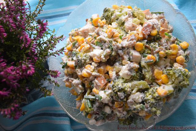 Sałatka z brokułem, prażonym słonecznikiem, wędzonym kurczakiem, fetą, kukurydzą i czosnkiem