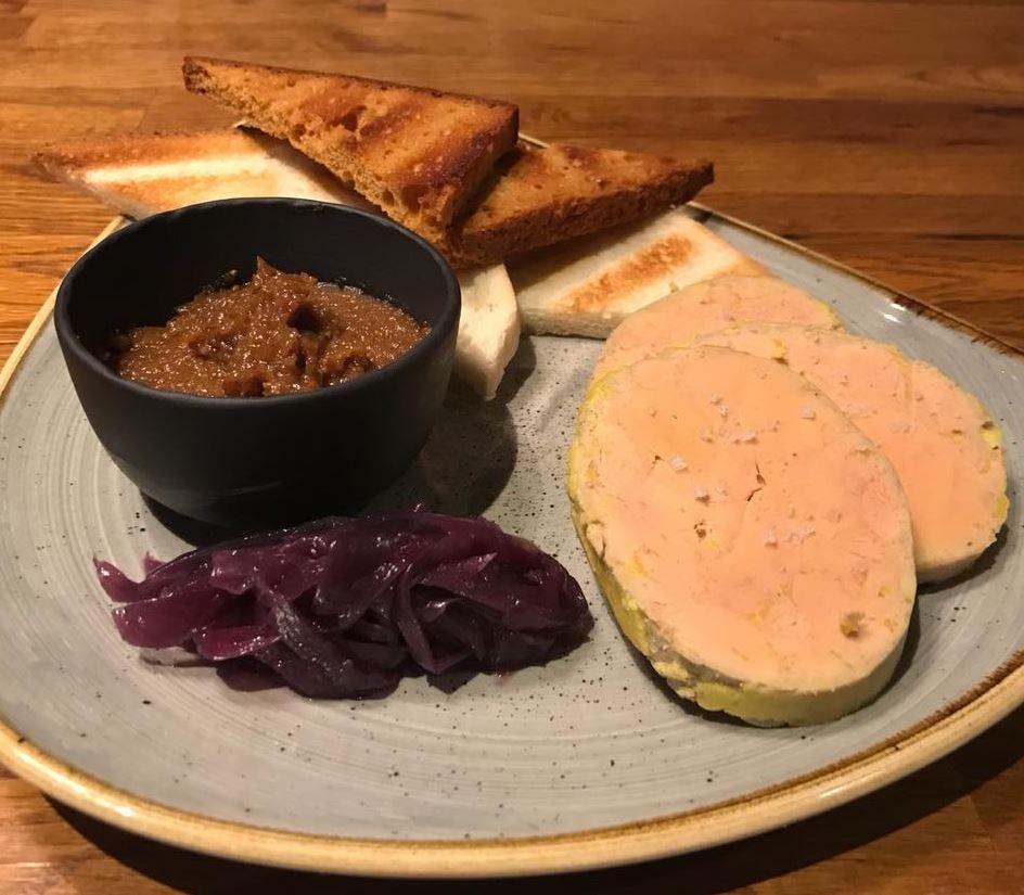 Terrine maison de foie gras de canard mi-cuit, compotée d'oignons rouges et confit de figue au romarin