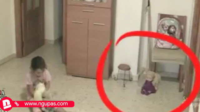 Video ketika anak sendirian dirumah dengan boneka, serem