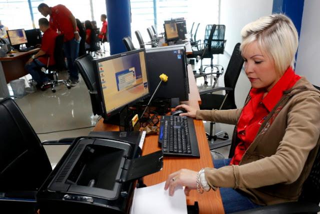 Las 5 insólitas excusas del Gobierno para retrasar la entrega de pasaportes