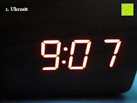 Uhrzeit im Dunkeln: kwmobile Wecker Digital Uhr aus Holz mit Geräuschaktivierung, Temperaturanzeige und Tastaktivierung