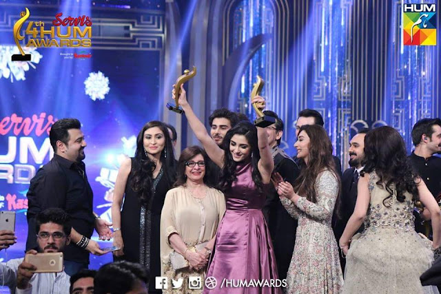Maya Ali & Osman Khalid Butt Wins Best Actor Award for Diyar e Dil #ServisHumAwards