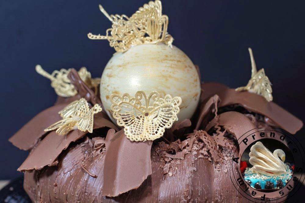 Gâteau d'anniversaire aux épices et à la vanille, décors en chocolat