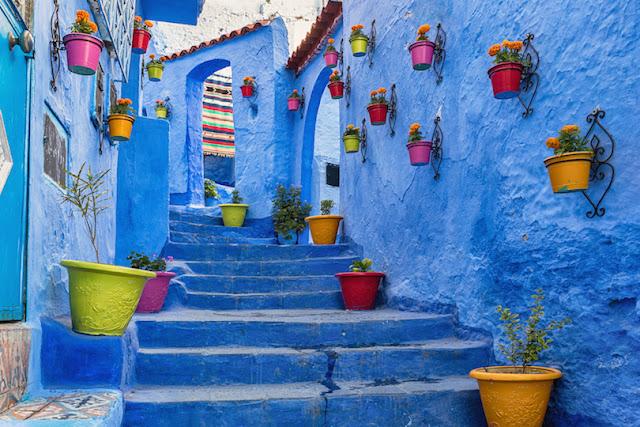 Najbardziej znane w sieci zdjęcie niebieskich schodów w Chefchaouen.