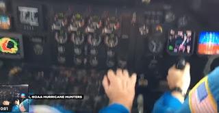 Vídeo mostra avião cruzando olho do furacão Matthew; veja