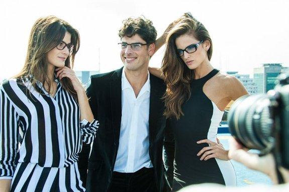 0a2dcdeb8 ... pessoas em um trabalho de pré-produção deram origens as imagens, além  das campanhas, os modelos vão ter sua assinatura em uma linha de óculos da  Vogue.