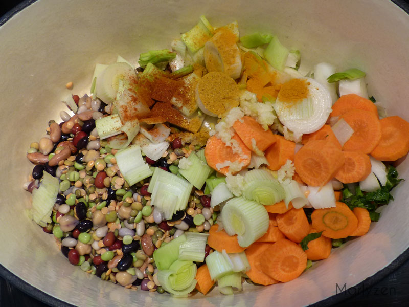 Dans une cocotte, déposez les légumes et les épices.
