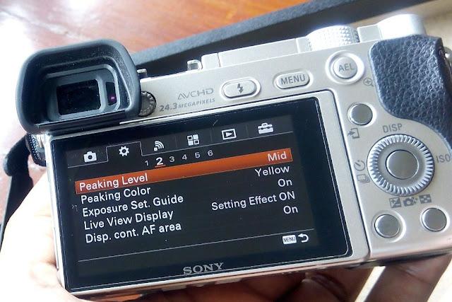 Kontrol Kamera Mirorrless Sony A6000 bisa dijangkau dengan satu tangan